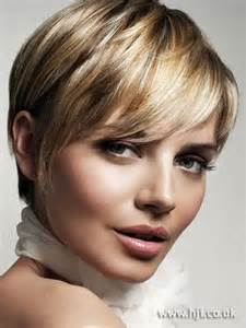 coupe cheveux courts femme rond