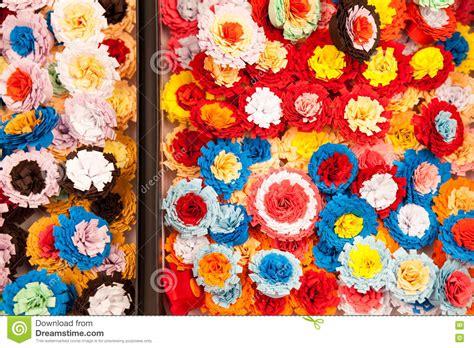 fiori fatti con la carta fiori di carta variopinti fatti con la tecnica quilling