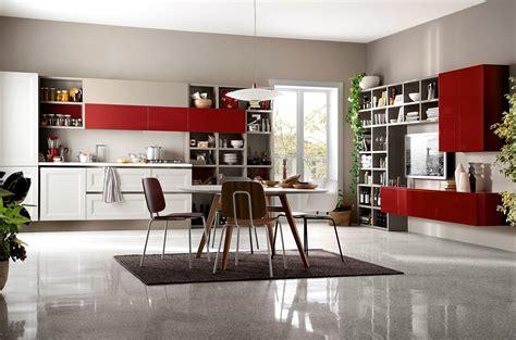 cucina con isolotto arredare la zona pranzo tavolo sedie servizi di piatti