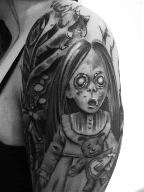 tatuaggi teschi e fiori bambola horror con teschi e by iron color
