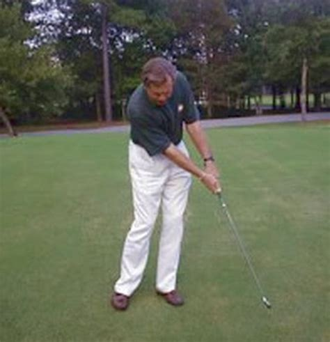 chipping golf swing how the 6 8 10 method can improve a golfer s chipping game