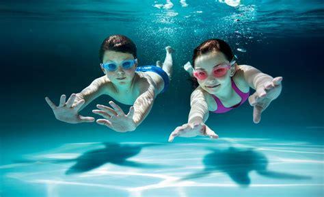 kinder schwimmen lernen wann wann ist das richtige alter um schwimmen zu lernen