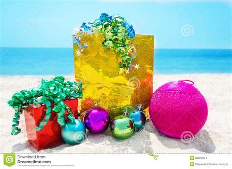 imagenes de feliz navidad en la playa regalos con la bola de la navidad en la playa imagenes de