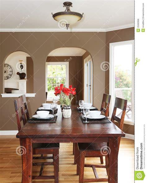 ordinario Colori Per Pareti Sala Da Pranzo #1: sala-da-pranzo-con-le-pareti-marroni-e-la-tabella-di-legno-25082896.jpg