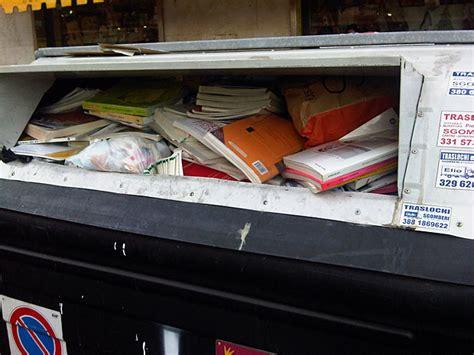 libreria scolastica roma libri nel cassonetto foto giorno corriere roma