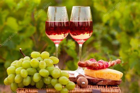 imagenes de uvas y copas dos copas de vino rosado con uva pan carne y queso en t
