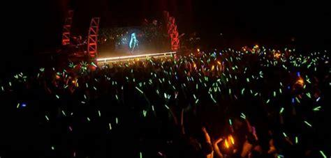 Anime Expo Lightstick Japan S Anime Pop Princess Hatsune Miku Holds 3d Hologram
