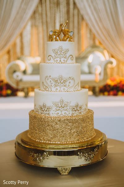 Exquisite indian wedding cake design.   Photo 104159