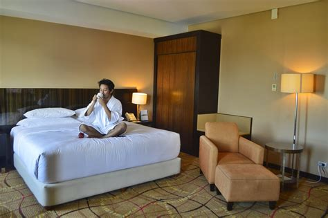 how do hotels make their beds so comfortable relaxing staycation at acacia hotel paperblog