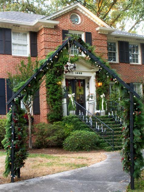 19 outdoor christmas decorating ideas hgtv