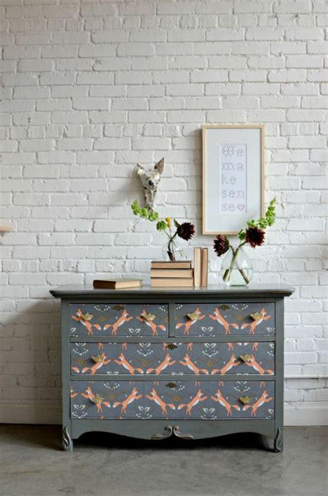 decorar muebles viejos con papel reciclar muebles antiguos y darles una nueva vida