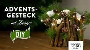 weihnachts dekoration weihnachtsdeko basteln adventsgesteck mit zweigen how to