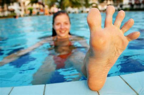 female swimmer hygiene fu 223 pilz und nagelpilz gefahr am beckenrand stern de