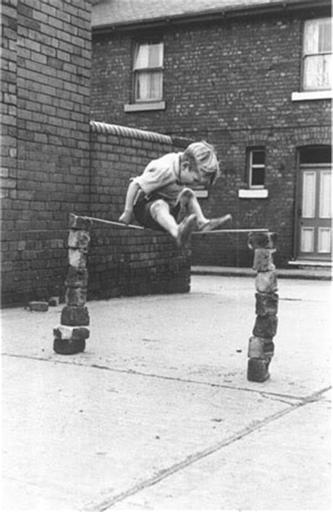 imagenes de niños jugando futbol en la calle ni 241 os jugando en la calle otros tiempos otros juegos