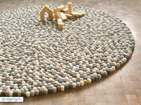 teppich aus filzkugeln teppiche filzkugelteppich aus hunderten filzkugeln grau