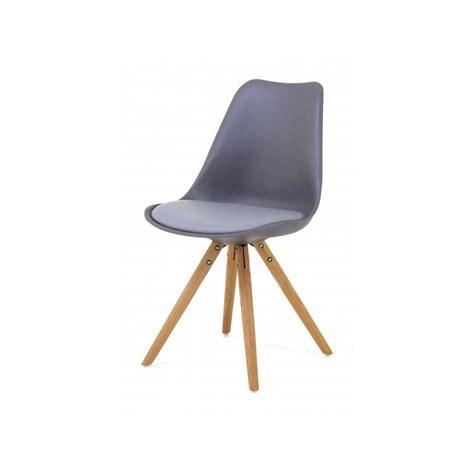 2 chaises nordiques en plastique et bois grises cross