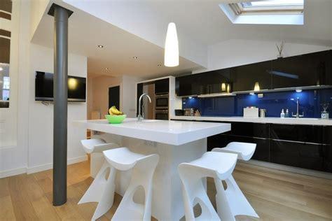 Charmant Cuisine Blanche Plan De Travail Gris #7: plan-travail-cuisine-blanc-corian-armoires-noires-crédence-bleue.jpg