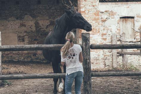 mujer que hace el amor con caballo imagen de mujer y caballo foto gratis