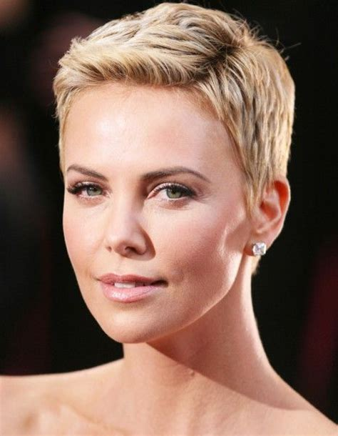 Charlize Theron, avec une coupe pixie blonde   Coupe