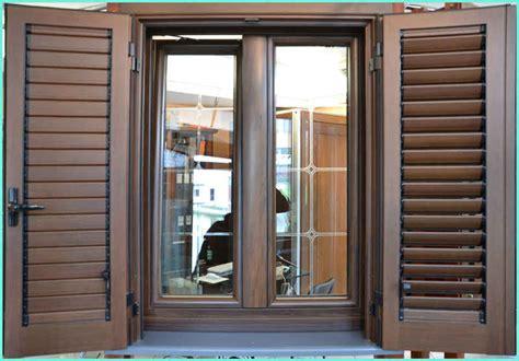 finestra con persiana e benvenuti