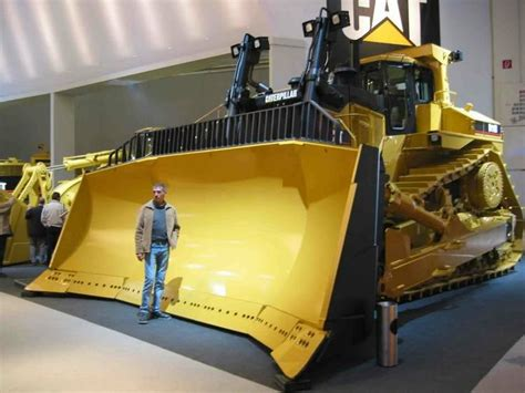d 12 how come that is the biggest dozer that cat makes it is giant