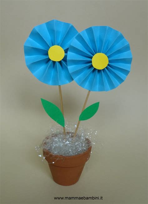 fiore con s lavoretto con i fiori di carta mamma e bambini