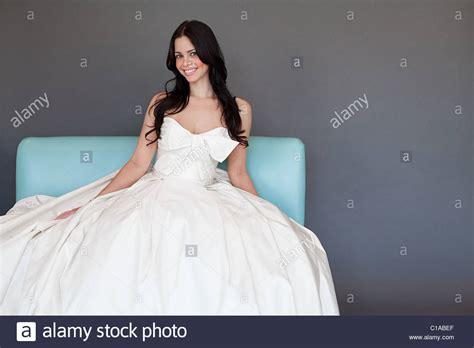 Brautkleider Junge Frauen by White Color Stockfotos White Color Bilder Alamy