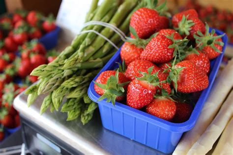 Italienische Len Klassiker by Rezept F 252 R Den Fra Hling Spargel Erdbeer Salat Heiter