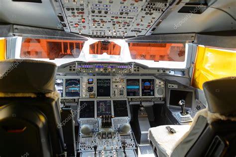 cabina di pilotaggio airbus a380 emirates a380 800 cockpit interior stock editorial photo
