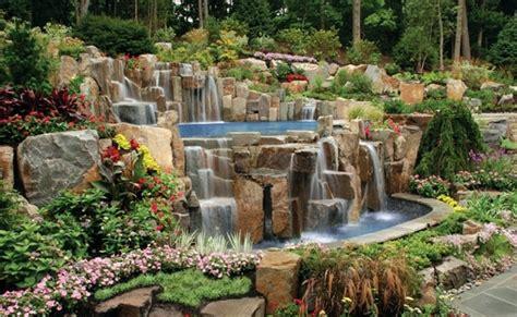 wassergarten pool steine wasserfall pflanzen sziklakert