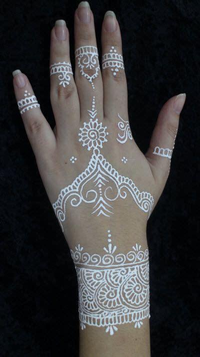 tattoo on hand peeling white henna hand decoration henna pinterest bett