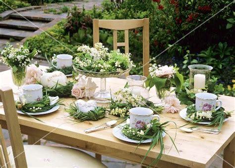 Tischdeko Gartenfest by Sommerliche Tischdeko F 252 R Kaffeekr 228 Nzchen Im Freien Bild