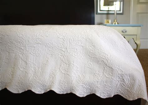 scalloped matelasse coverlet white matelasse coverlet bedspread 79 x 94
