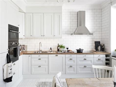what to look for in kitchen cabinets biała kuchnia skandynawska ze srebrnymi uchwytami