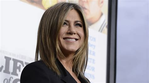 70s hairstyle pictures reporter look life of crime premiere jennifer aniston gushes about