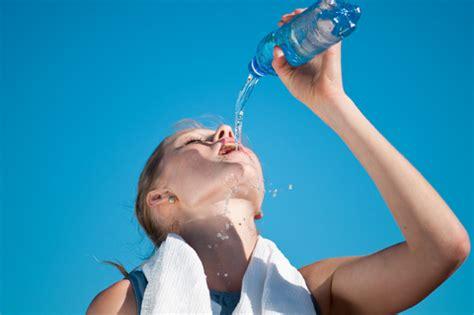 imagenes de jirafas tomando agua la hidrataci 243 n en el deporte es clave consejo nutricional
