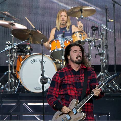 join foo fighters fan fan joins foo fighters on stage for a cover of tom sawyer