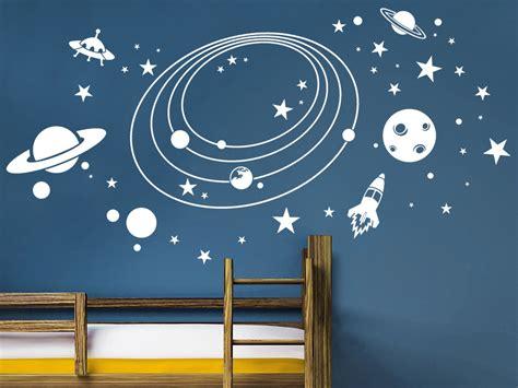 weltraum schlafzimmer wandtattoo im weltall mit planeten und raketen wandtattoo de