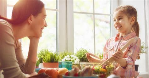 Menambah Kecerdasan Anak 5 alasan mengajak anak memasak sejak kecil hock
