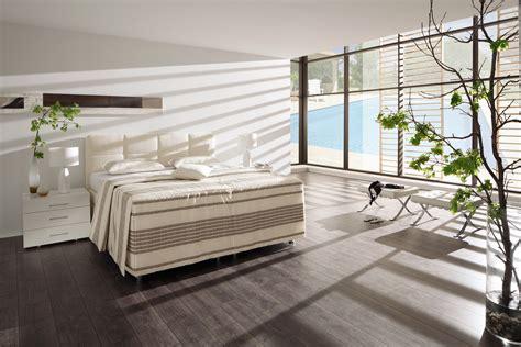 hoher nachttisch für boxspringbett wohnzimmer grau gelb