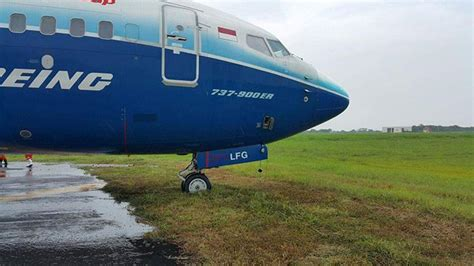 batik air bandara juanda foto keluar air pesawat lion air keluar landasan di