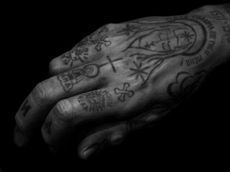 tattooed hands 9 stylish gangster finger tattoos