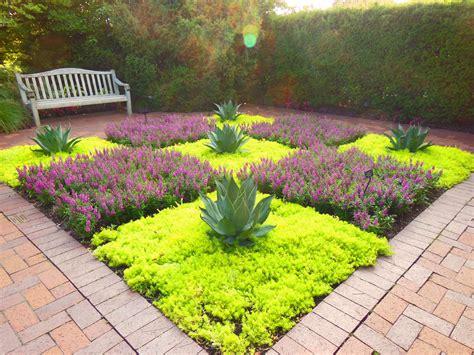 Gartengestaltung Pflanzen by Garden With Drought Tolerant Creeping Sedum Stonecrop