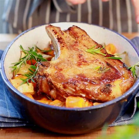 cuisiner une cote de veau la c 244 te de veau au four et aux petits l 233 gumes en vid 233 o