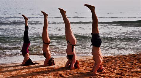imagenes yoga en la playa sirsa en la playa escuela de yoga vasudeva