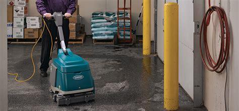 macchina lavasciuga pavimenti macchina lavasciuga pavimenti tennant t12 con operatore a
