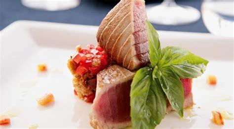 come cucinare i filetti di tonno come cucinare il tonno filetto di tonno in padella e