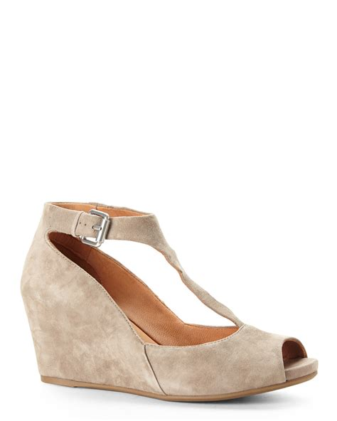 gentle souls taupe madia t wedges in brown taupe
