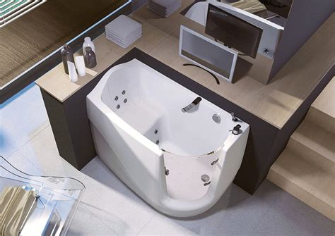Bathtubs And Showers For Small Spaces by Space Saving Walk In Bathtub X By Treessee Digsdigs