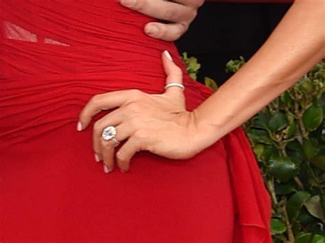 sofia vergara flashes engagement ring at sag awards pic